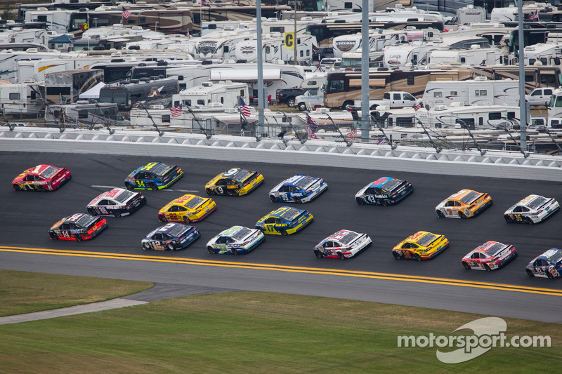 Jamie McMurray, Earnhardt Ganassi Racing Chevrolet leads a group of cars