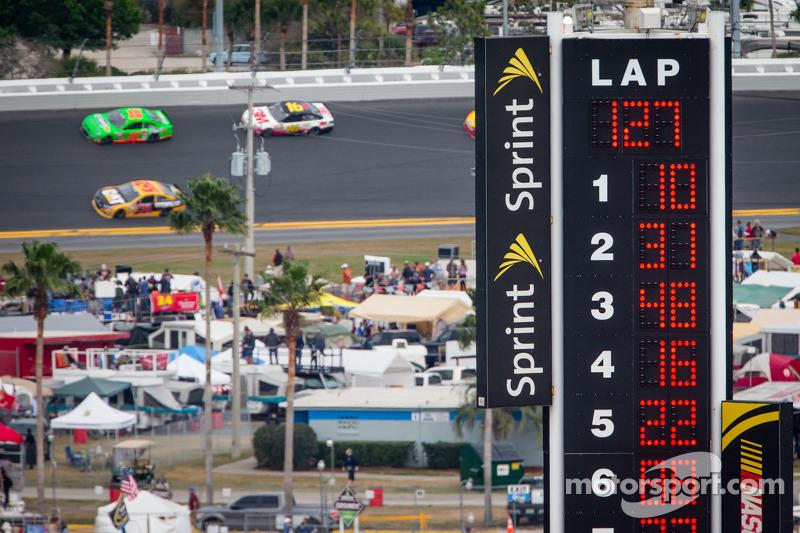 Danica Patrick, Stewart-Haas Racing Chevrolet voor het veld