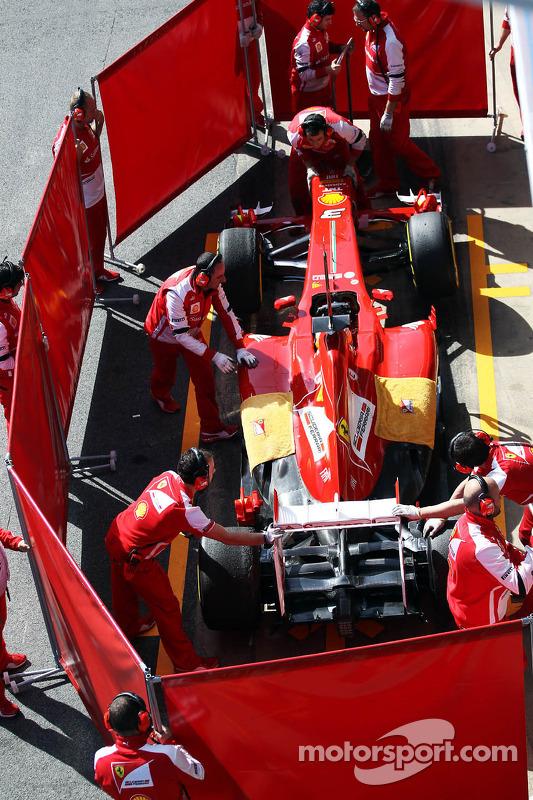 Fernando Alonso, Ferrari F138 no pit, atrás das telas vermelhas