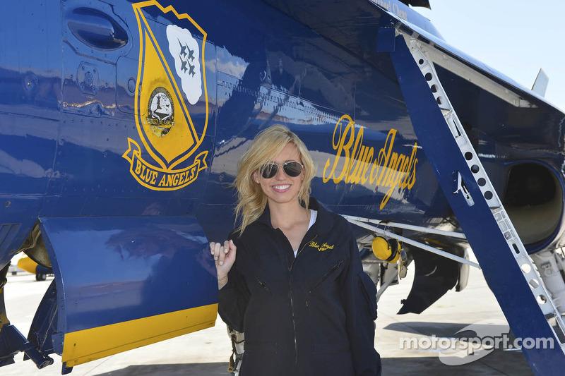 Courtney Force in de Blue Angels jet