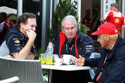 Christian Horner, Chefe de equipe da Red Bull Racing, com o Dr. Helmut Marko, Consultor da Red Bull Motorsport e Niki Lauda, presidente não-executivo da Mercedes
