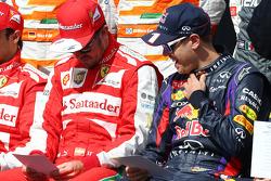 (Da esquerda para direita): Fernando Alonso, Ferrari, e Sebastian Vettel, Red Bull Racing, na fotografia de início de ano com os pilotos