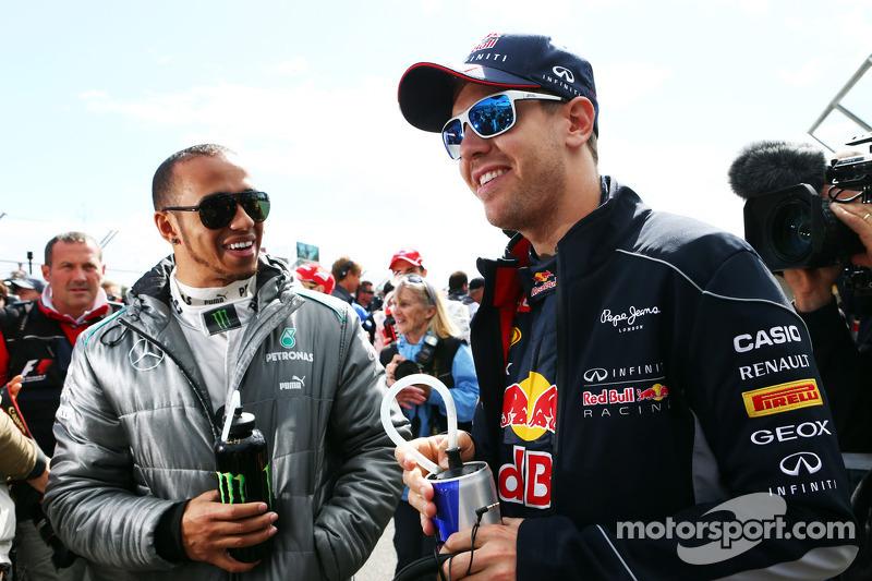 (L naar R): Lewis Hamilton, Mercedes AMG F1 en Sebastian Vettel, Red Bull Racing bij de rijdersparad