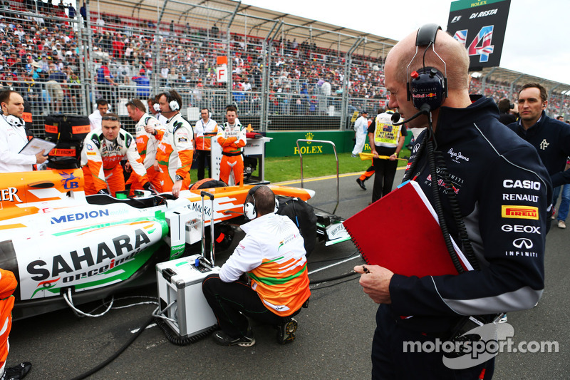 Adrian Newey, Red Bull Racing Chief Technical Officer kijkt naar de Sahara Force India F1 VJM06 op d