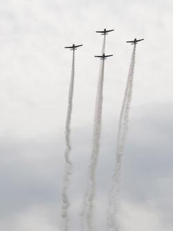 Vliegtuigen komen over voor de start van de race