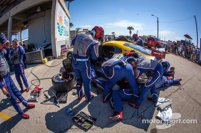 #93 SRT Motorsports SRT Viper GTS-R: Jonathan Bomarito, Tommy Kendall, Kuno Wittmer achter de muur met mechanische problemen