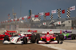Start: Jack Hawksworth, Schmidt Peterson Motorsports and Carlos Munoz, Andretti Autosport battle