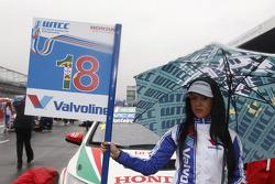Grid girl of Tiago Monteiro, Castrol Honda World Touring Car Team Honda Civic