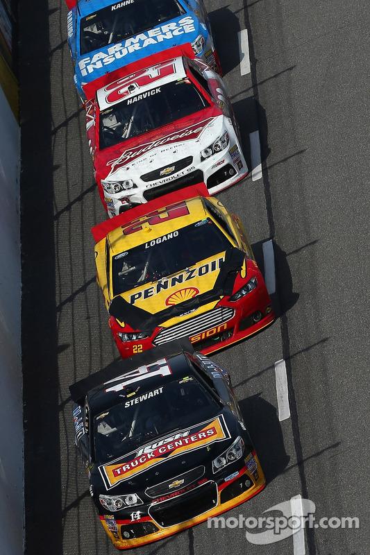 Tony Stewart, Stewart-Haas Racing Chevrolet lidera grupo de carros