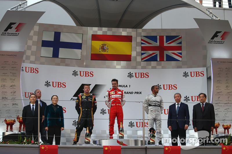 1e plaats Fernando Alonso, Ferrari, 2e plaats voor Kimi Raikkonen, Lotus F1 Team en 3e plaats voor Lewis Hamilton, Mercedes AMG F1
