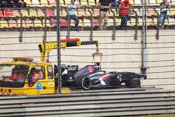 El Sauber C32 de Esteban Gutiérrez, Sauber C32 es llevado en grúa hacia los pits