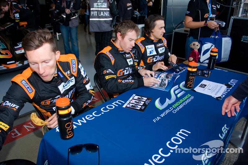 Майк Конвэй, Роман Русинов и Джон Мартин. Сильверстоун, воскресенье, перед гонкой.