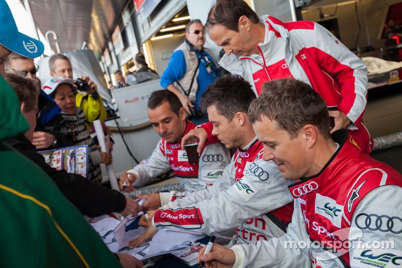 Андре Лоттерер, Марсель Фэсслер и Бенуа Трелуйе. Сильверстоун, воскресенье, перед гонкой.