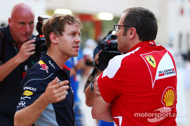 (L naar R): Sebastian Vettel, Red Bull Racing praat met Stefano Domenicali, Algemeen Directeur Ferrari