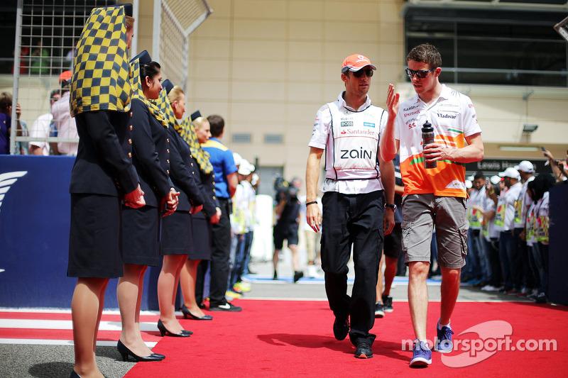 (L naar R): Jenson Button, McLaren en Paul di Resta, Sahara Force India F1 bij de rijdersparade