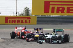 Nico Rosberg, Mercedes AMG F1 W04 lidera a Sebastian Vettel, Red Bull Racing RB9 y a Fernando Alonso