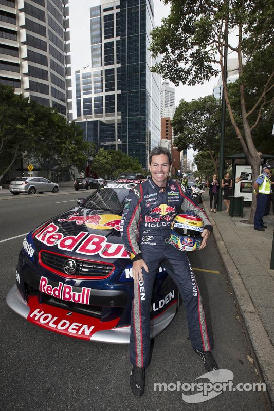 Craig Lowndes dirige pelas ruas da cidade de Perth