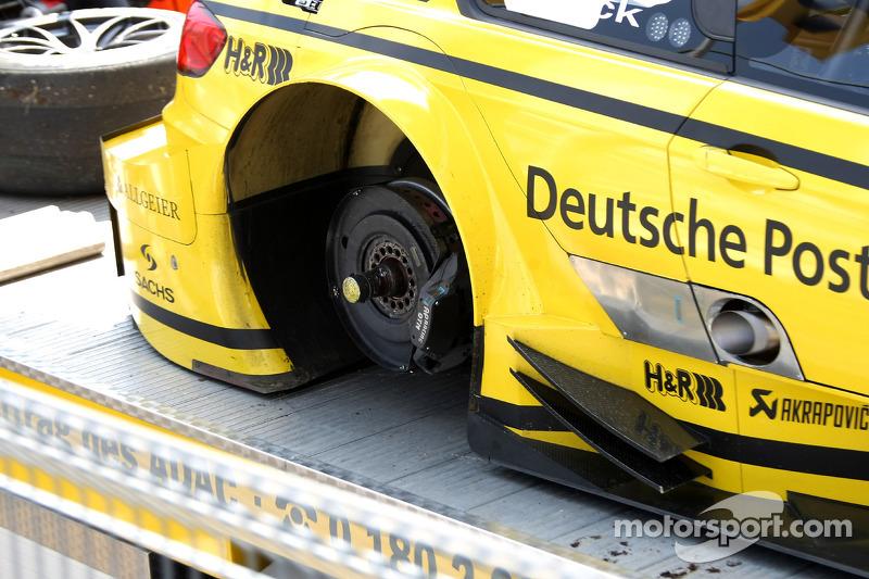 De auto van Timo Glock, BMW Team MTEK BMW M3 DTM verloor een wiel