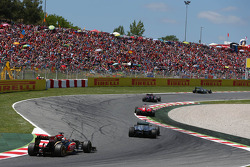 Nico Rosberg, Mercedes AMG F1 W04 leads Sebastian Vettel, Red Bull Racing RB9; Fernando Alonso, Ferrari F138; Lewis Hamilton, Mercedes AMG F1 W04 and Kimi Raikkonen, Lotus F1 E21