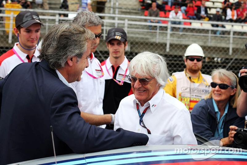Bernie Ecclestone, CEO Formula One Group, with Carlos Sainz (ESP)