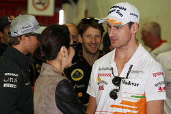 Adrian Sutil, Sahara Force India F1, com Michelle Yeoh (MAL)
