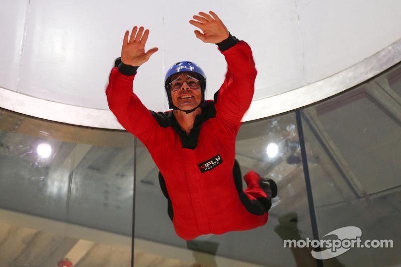 Craig Lowndes vliegt bij het iFly Center