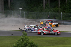 Crash, Franz Engstler, BMW E90 320 TC, Liqui Moly Team en Darryl O'Young, BMW E90 320 TC, ROAL Motorsport