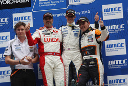 1st position James Nash, Chevrolet Cruze 1.6T, RML and 3rd position Norbert Michelisz, Honda Civic, Zengo Motorsport