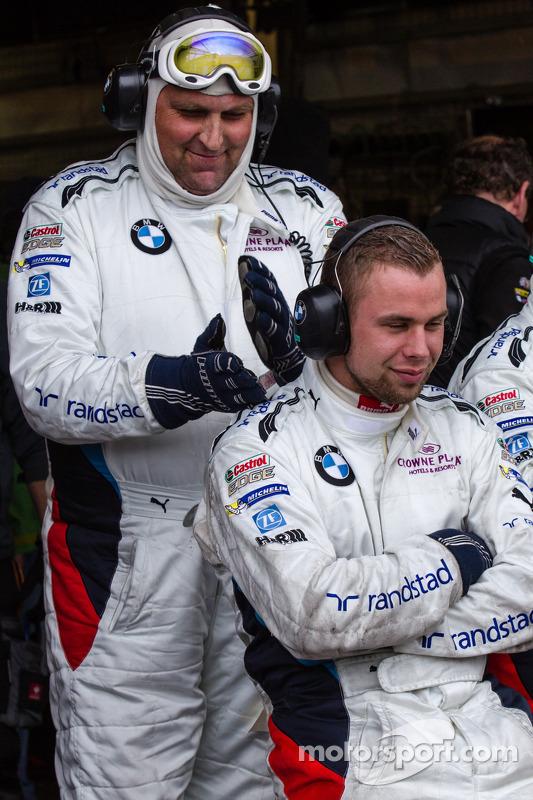 Schubert Motorsport membros da equipe esperam para um pit stop