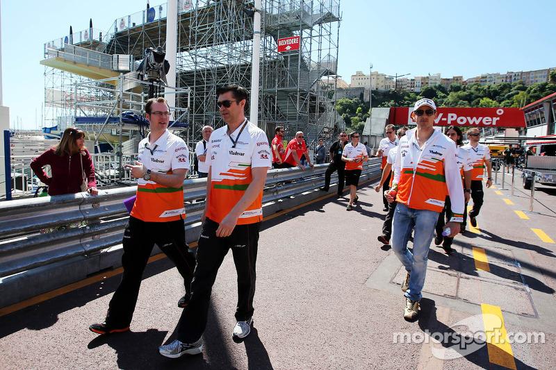 Adrian Sutil, Sahara Force India F1 loopt op het circuit met Bradley Joyce, Sahara Force India F1 Ra