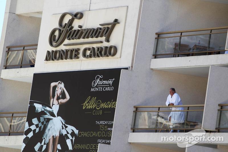 Een man bekijkt de actie vanuit het Fairmont Hotel