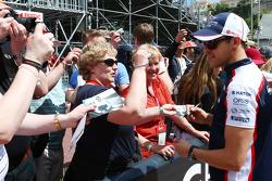 Pastor Maldonado, Williams signs autographs for the fans