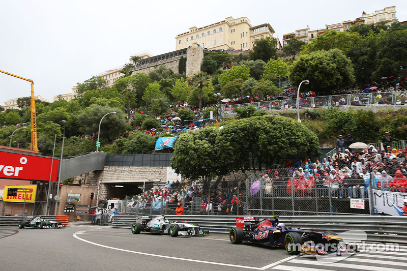 Daniel Ricciardo, Scuderia Toro Rosso STR8 voor Nico Rosberg, Mercedes AMG F1 W04 en Lewis Hamilton,