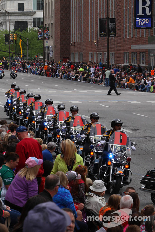 Desfile da Indy 500 passando pelo centro de Indianápolis