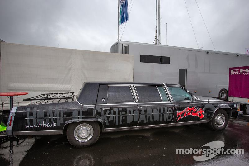 Een vreemde limousine in de paddock