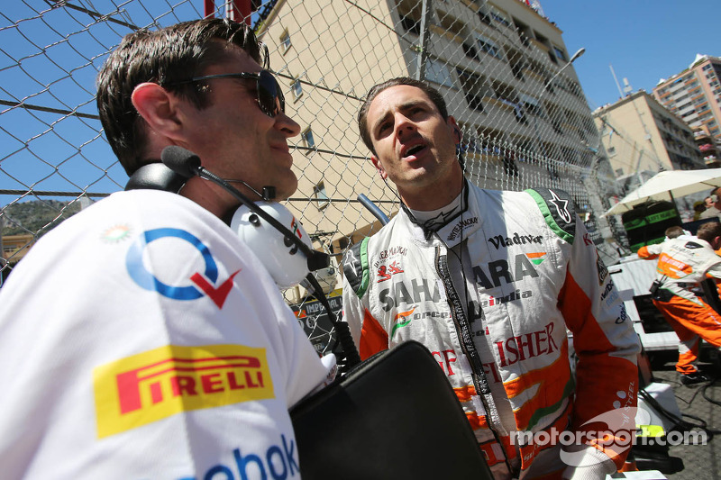 Adrian Sutil, Sahara Force India F1 met Bradley Joyce, Sahara Force India F1 Race Engineer op de gri