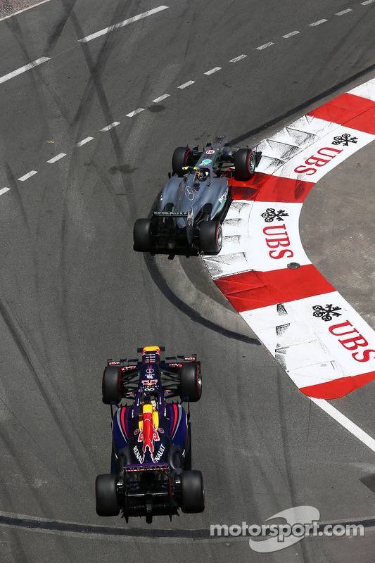 Lewis Hamilton, Mercedes AMG F1 W04 lidera Sebastian Vettel, Red Bull Racing RB9