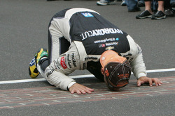 Race winner Tony Kanaan kisses the bricks