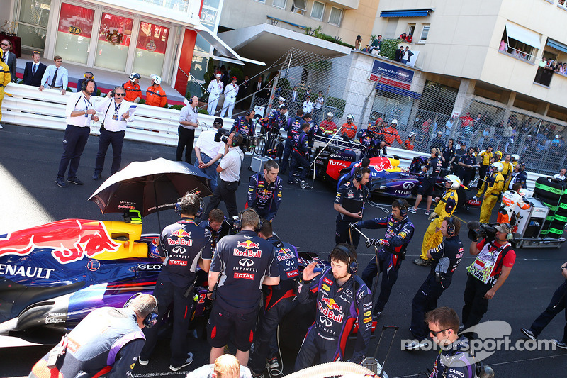 Mark Webber, Red Bull Racing RB9 on the grid as the race is stopped