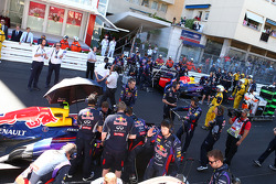 Mark Webber, Red Bull Racing RB9 no grid enquanto prova é parada