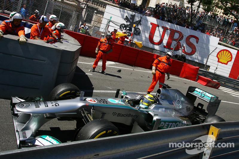 Nico Rosberg, Mercedes AMG F1 W04 passes the crash of Pastor Maldonado, Williams FW35, which stopped the race