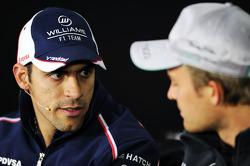 (L naar R): Pastor Maldonado, Williams en Nico Rosberg, Mercedes AMG F1 bij de FIA-persconferentie