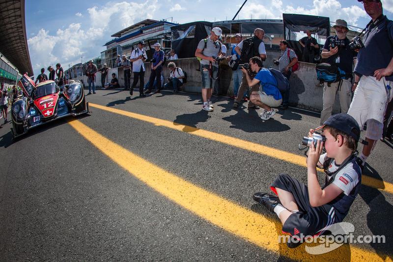 Een jonge fotograaf legt de #12 Rebellion Racing Lola B12/60 Coupe-Toyota vast