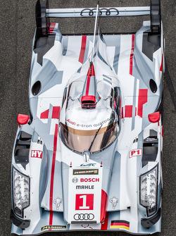 El #1 Audi Sport Team Joest Audi R18 e-tron quattro en la sesión de fotos grupal