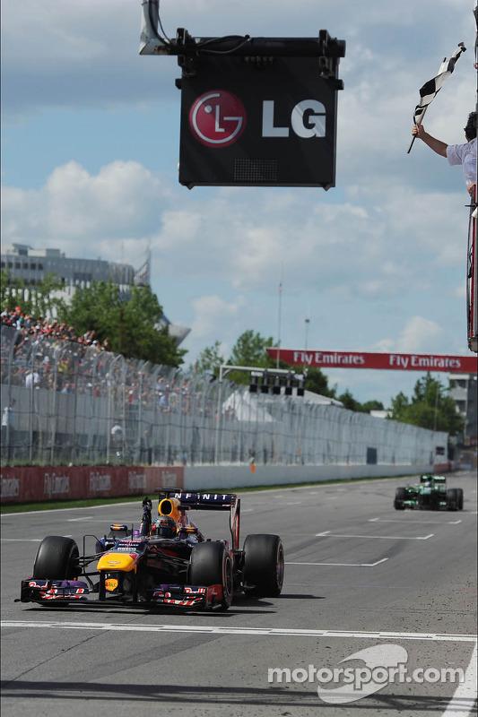 O vencedor Sebastian Vettel, Red Bull Racing comemora takes the chequeBandeira vermelha no fim da co