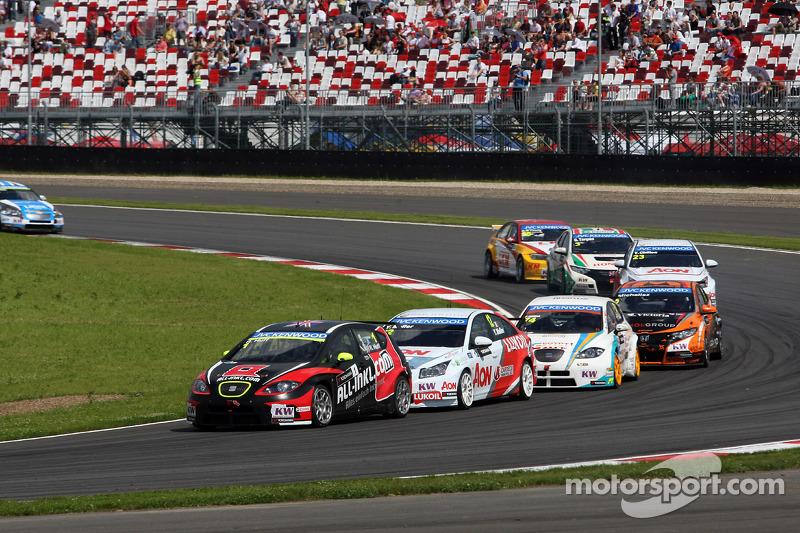 Robert Huff, SEAT Leon WTCC, ALL-INKL.COM Munnich Motorsport leads Yvan Muller, Chevrolet Cruze 1.6T, RML