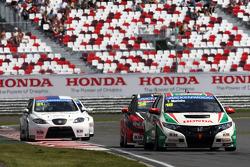 Tiago Monteiro, Honda Civic Super 2000 TC, Honda Racing Team Jas leads Marc Basseng, SEAT Leon WTCC, ALL-INKL.COM Munnich Motorsport