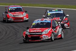 James Thompson, Lada Granta, LADA Sport Lukoil leads René Münnich, SEAT Leon WTCC, Münnich Motorsport