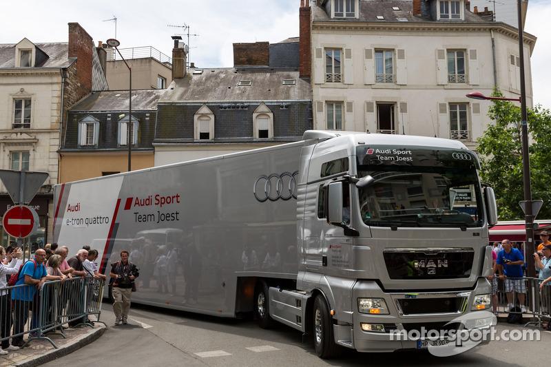 Audi transporter met een kostbare vracht bij de technische keuring