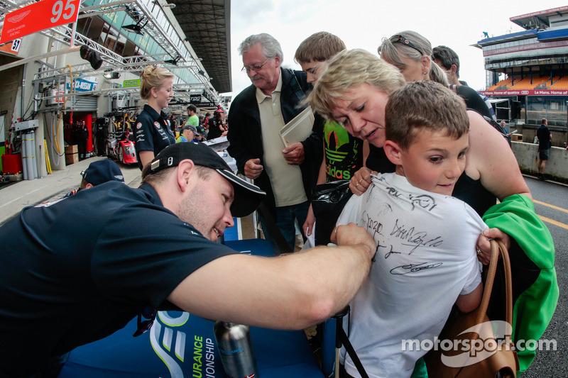 Allan Simonsen signeert